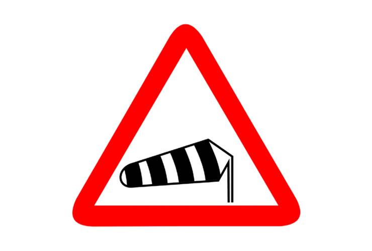 señal precaución conducir con viento fuerte